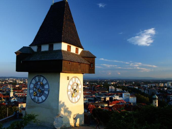 Uhrturm in Graz bei Sonnenschein im Sommer. JUFA Hotels bietet erlebnisreichen Städtetrip für die ganze Familie und den idealen Platz für Ihr Seminar.