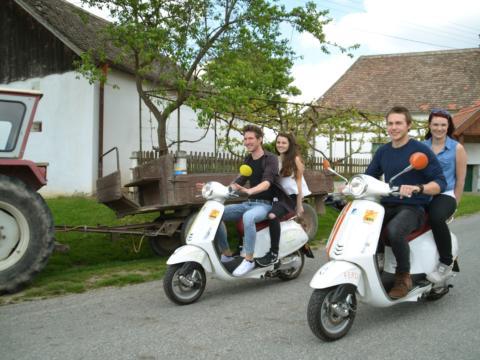 Teens beim Vespafahren im Weinviertel in der Nähe vom JUFA Weinviertel - Hotel in der Eselsmühle. Der Ort für kinderfreundlichen und erlebnisreichen Urlaub für die ganze Familie.