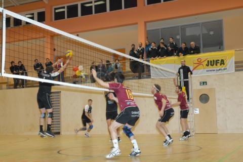 Volleyballspiel in der Sporthalle im JUFA Hotel Fürstenfeld Sport-Resort mit Steller. Der Ort für erfolgreiches Training in ungezwungener Atmosphäre für Vereine und Teams.