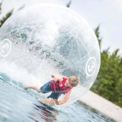 Junge in einem Walking-water-ball in den Wakealps im Mariazellerland in der Nähe von JUFA Hotels. Der Ort für erholsamen Familienurlaub und einen unvergesslichen Winter- und Wanderurlaub.