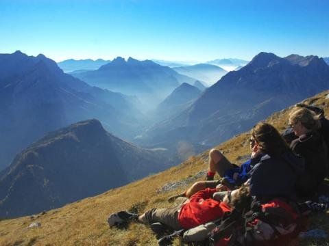 Wanderer mit Bergblick im Nationalpark Gesäuse. JUFA Hotels bietet erholsamen Familienurlaub und einen unvergesslichen Winter- und Wanderurlaub.