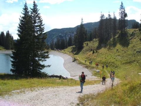 Wanderer gehen die Kasbergalmrunde im Wandergebiet Kasberg im Salzkammergut in der Nähe von JUFA Hotels. Der Ort für erholsamen Familienurlaub und einen unvergesslichen Winter- und Wanderurlaub.