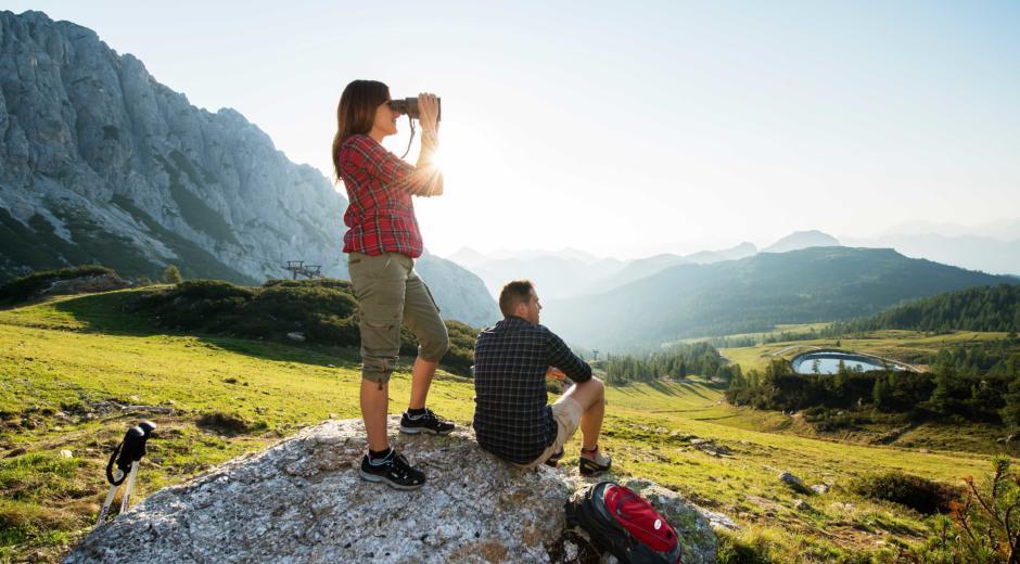 Wanderpaar macht Pause im Wandergebiet Nassfeld in Kärnten im Sommer in der Nähe von JUFA Hotels. Der Ort für erholsamen Familienurlaub und einen unvergesslichen Winter- und Wanderurlaub.