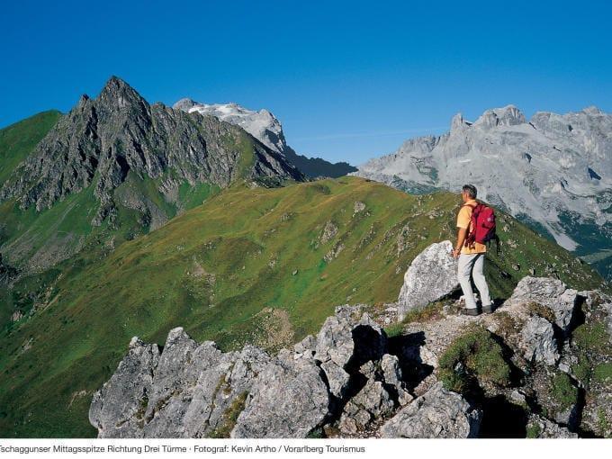 Mann beim Wandern im Montafon genießt den herrlichen Ausblick. JUFA Hotels bieten erholsamen Familienurlaub und einen unvergesslichen Winter- und Wanderurlaub.