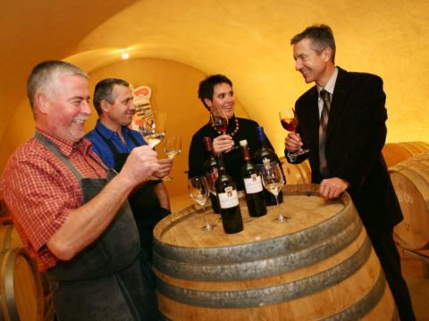 Sie sehen eine Weinverkostung in der fürstlichen Hofkellerei in Vaduz. JUFA Hotels bieten erholsamen Familienurlaub und einen unvergesslichen Winter- und Wanderurlaub