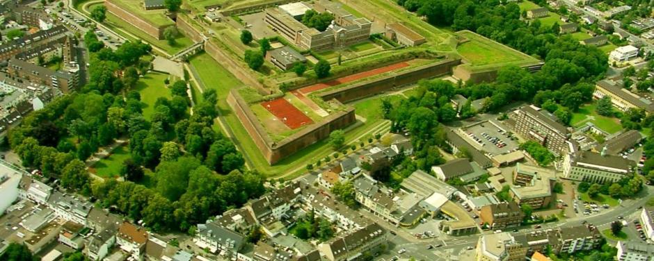 Luftaufnahme von der Zitadelle Jülich in Nordrhein-Westfalen im Sommer. JUFA Hotels bietet erholsamen Familienurlaub und einen unvergesslichen Winter- und Wanderurlaub.