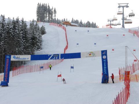 Permanente Rennstrecke im Skigebiet Riesneralm in Schladming-Dachstein. JUFA Hotels bietet erholsamen Familienurlaub und einen unvergesslichen Winterurlaub.