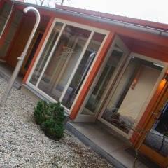 Aussenansicht Wellnessbereich mit Dusche vom JUFA Hotel Nördlingen. Der Ort für kinderfreundlichen und erlebnisreichen Urlaub für die ganze Familie.