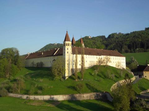 Außenansicht vom Benediktinerstift Sankt Paul in Kärnten im Sommer. JUFA Hotels bieten erholsamen Familienurlaub und einen unvergesslichen Winter- und Wanderurlaub.