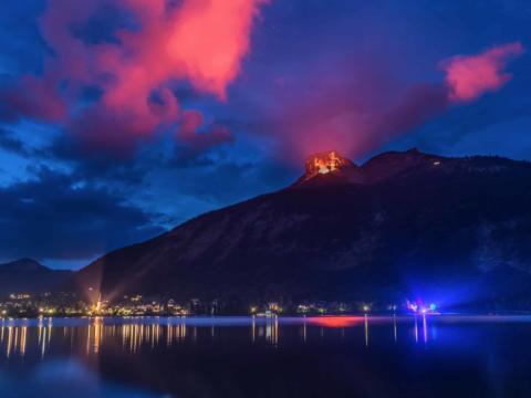 Bengalische Beleuchtung der Berge und Seebeleuchtung beim Festival Berge in Flammen am Altausseer-See im Sommer. JUFA Hotels bieten erholsamen Familienurlaub und einen unvergesslichen Winter- und Wanderurlaub.