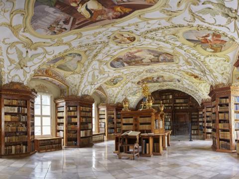 Bibliothek im Zisterzienserstift Lilienfeld mit wunderschöner Deckenmalerei. JUFA Hotels bieten erholsamen Familienurlaub und einen unvergesslichen Winter- und Wanderurlaub.