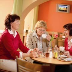 Drei Damen beim Kaffeetrinken im gemütlichen Café im JUFA Hotel Oberwölz. Der Ort für erholsamen Familienurlaub und einen unvergesslichen Winter- und Wanderurlaub.