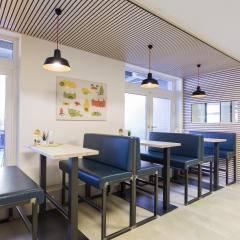 Gemütliches Café in der Lobby im JUFA Hotel Graz City. Der Ort für erlebnisreichen Städtetrip für die ganze Familie und der ideale Platz für Ihr Seminar.