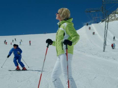 Frau beim Skifahren auf der Piste am Dachstein Gletscher. JUFA Hotels bietet erholsamen Familienurlaub und einen unvergesslichen Winterurlaub.