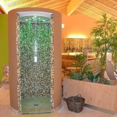 Eine Dusche im Ruheraum des Wellnessbereichs im JUFA Natur-Hotel Bruck. Der Ort für erlebnisreichen Natururlaub für die ganze Familie.