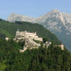 Erlebnisburg Hohenwerfen im Salzburgerland mit wunderschönem Bergpanorama. JUFA Hotels bieten erholsamen Familienurlaub und einen unvergesslichen Winter- und Wanderurlaub.