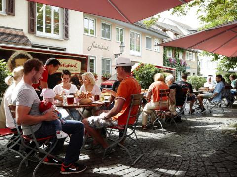 Familien genießen die gemeinsame Zeit im Fidelisbäck Biergarten in Wangen im Sommer. JUFA Hotels bieten erholsamen Familienurlaub und einen unvergesslichen Winter- und Wanderurlaub.