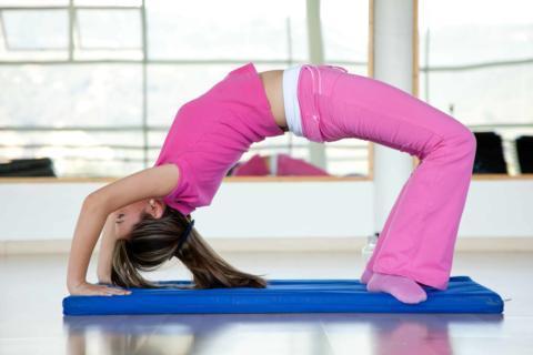 Zwei Frauen machen im Schneidersitz Yoga-Übungen in JUFA Hotels. Der Ort für erholsamen Familienurlaub und einen unvergesslichen Winter- und Wanderurlaub.