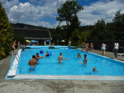 Kinder genießen einen heißen Sommertag im Freibad Reith in Annaberg. JUFA Hotels bietet kinderfreundlichen und erlebnisreichen Urlaub für die ganze Familie.