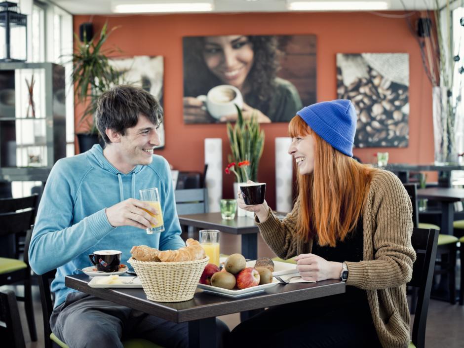 Paar genießt ein gutes Frühstück im Unikum Salzburg by JUFA Hotels. Der Ort für erholsamen Familienurlaub und einen unvergesslichen Winter- und Wanderurlaub.
