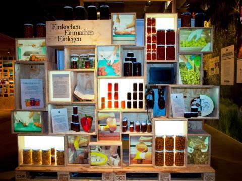 Ausstellungsraum im Genussregal Vinofaktur in der Steiermark. JUFA Hotels bieten erholsamen Familienurlaub und einen unvergesslichen Winter- und Wanderurlaub.