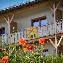 Aussenansicht im Sommer der Zimmer mit Balkon vom JUFA Hotel Nockberge Almerlebnis. Der Ort für erholsamen Familienurlaub und einen unvergesslichen Winter- und Wanderurlaub.