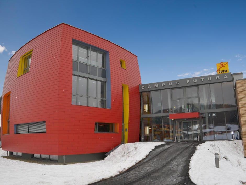 Aussenansicht mit Eingang vom JUFA Hotel Bleiburg - Sport-Resort im Sommer im Winter. Der Ort für erholsamen Familienurlaub und einen unvergesslichen Winter- und Wanderurlaub.