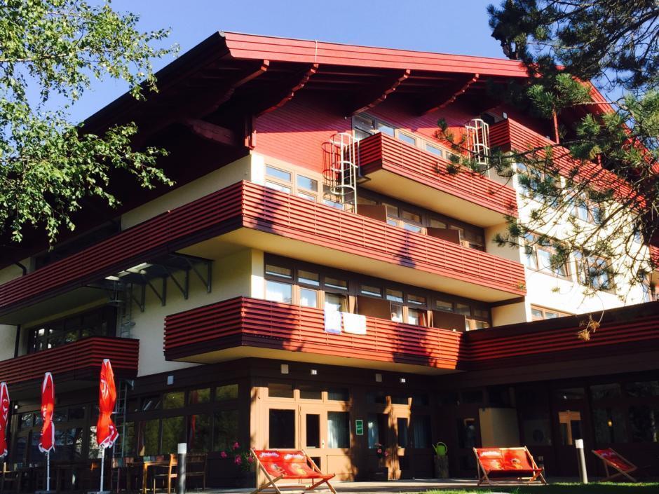 Terrasse mit Garten vom JUFA Hotel Altenmarkt. Der Ort für erholsamen Familienurlaub und einen unvergesslichen Winterurlaub.