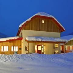 Aussenansicht vom JUFA Hotel Donnersbachwald - Almerlebnis mit winterlicher Abendstimmung. Der Ort für erholsamen Familienurlaub und einen unvergesslichen Winter- und Wanderurlaub.