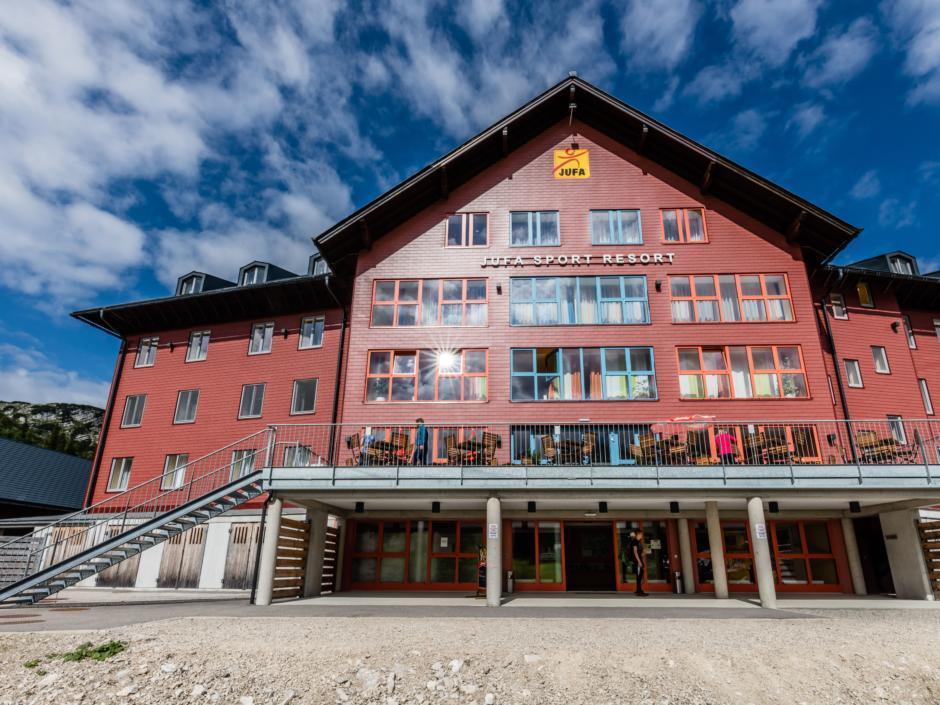 Frontale Hotelansicht im Sommer vom JUFA Hotel Hochkar Sport-Resort. Der Ort für erfolgreiches Training in ungezwungener Atmosphäre für Vereine und Teams.