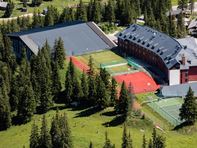 Hotelansicht in Vogelperspektive im Sommer vom JUFA Hotel Hochkar Sport-Resort. Der Ort für erfolgreiches Training in ungezwungener Atmosphäre für Vereine und Teams.