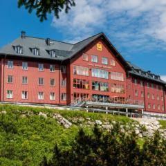 Hotelansicht mit Wiese im Sommer vom JUFA Hotel Hochkar Sport-Resort. Der Ort für erfolgreiches Training in ungezwungener Atmosphäre für Vereine und Teams.