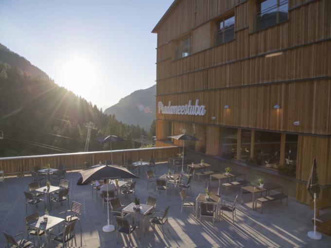 Aussenansicht vom JUFA Hotel Malbun-Alpin-Resort***mit Sonnenterrasse im Sommer beim Sonnenuntergang . Der Ort für erholsamen Familienurlaub und einen unvergesslichen Winter- und Wanderurlaub.