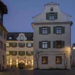 Aussenansicht vom JUFA Hotel Meersburg mit Abendstimmung. Der Ort für tollen Sommerurlaub an schönen Seen für die ganze Familie.