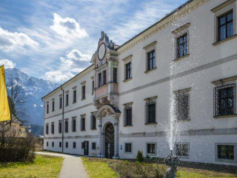 Seitliche Hotelansicht im Sommer vom JUFA Hotel Pyhrn-Priel. Der Ort für erfolgreiche und kreative Seminare in abwechslungsreichen Regionen.