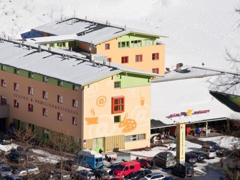 Aussenansicht vom JUFA Hotel Wipptal im Winter aus der Vogelperspektive. Der Ort für erholsamen Familienurlaub und einen unvergesslichen Winter- und Wanderurlaub.
