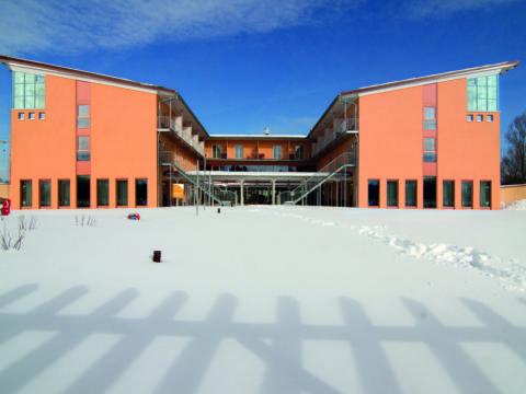 Frontalansicht im Winter vom JUFA Kempten Familien-Resort. Der Ort für kinderfreundlichen und erlebnisreichen Urlaub für die ganze Familie.