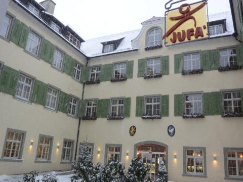 Hotelansicht im Winter vom JUFA Hotel Meersburg. Der Ort für entspannte Urlaube für die ganze Familie.