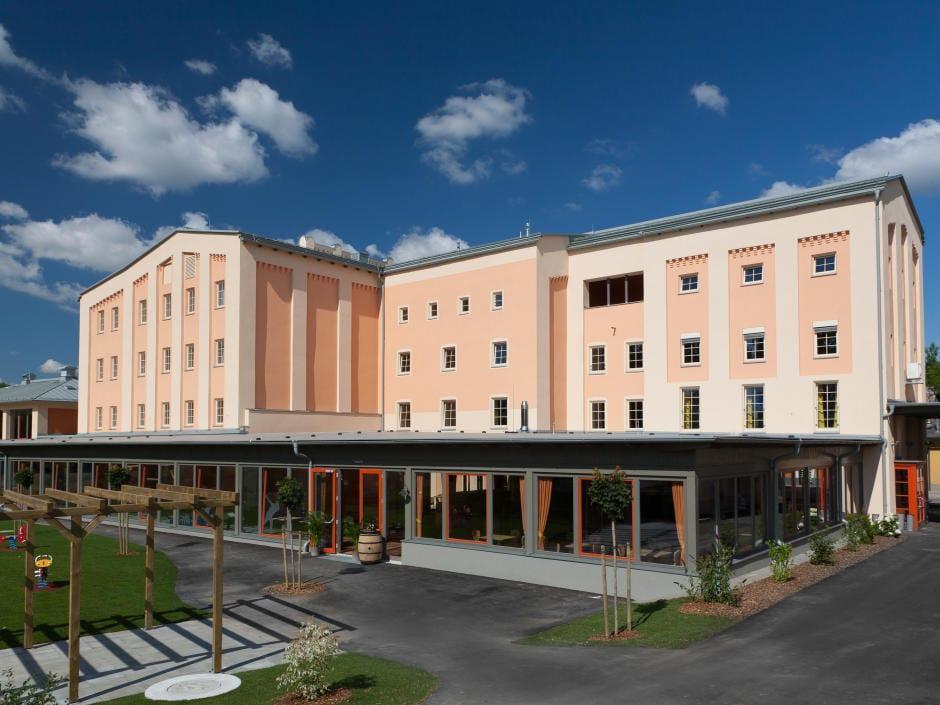 Aussenansicht vom JUFA Weinviertel - Hotel in der Eselsmühle bei Tag bei blauem Himmel. Der Ort für erfolgreiche und kreative Seminare in abwechslungsreichen Regionen.