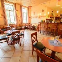 Hotelbar mit gemütlichem Café im JUFA Hotel Grundlsee. Der Ort für tollen Sommerurlaub an schönen Seen für die ganze Familie.