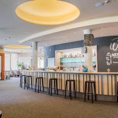Hotelbar und Cafe im JUFA Hotel Malbun Alpin-Resort. Der Ort für erholsamen Familienurlaub und einen unvergesslichen Winter- und Wanderurlaub.