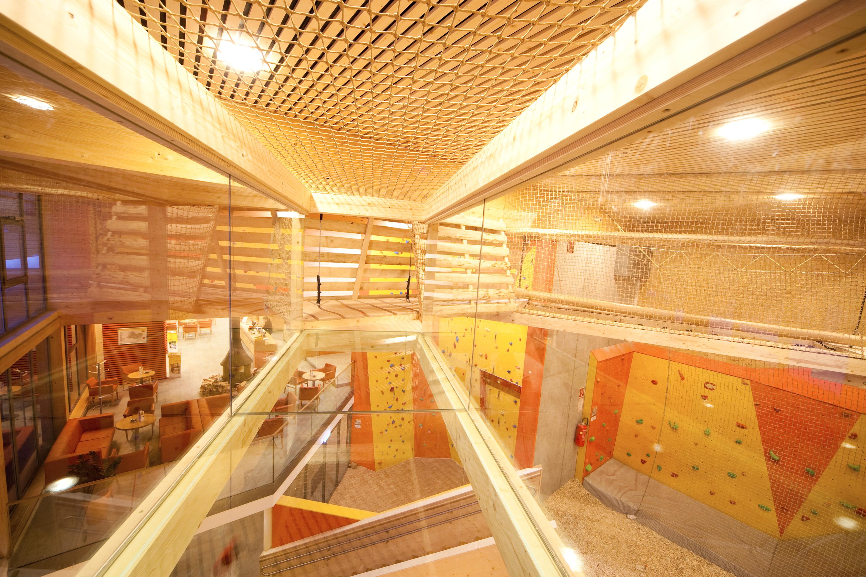 """Sie sehen einen Blick ins Mia gots körig Zentrum im JUFA Hotel Montafon mit Kletterwand und Spielbereich. Die Zeit spielend und entspannt verbringen im Kindererlebnsiwelt """"Miar gots körig"""" im JUFA Hotel Montafon. Der Ort für erholsamen Familienurlaub und einen unvergesslichen Winter- und Wanderurlaub."""