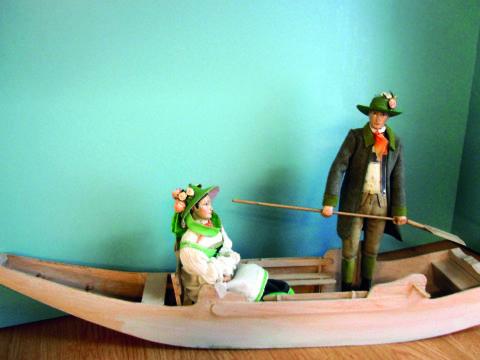 Ausstellungsstück im Kammerhofmuseum Bad Aussee zeigt Erzherzog Johann und Anna Plochl auf einer Plätte. JUFA Hotels bietet tollen Sommerurlaub an schönen Seen für die ganze Familie.