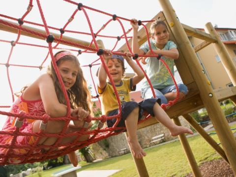 Sie sehen Kinder auf einem Kletternetz im Sommer am JUFA Hotel Nördlingen. Der Ort für kinderfreundlichen und erlebnisreichen Urlaub für die ganze Familie.