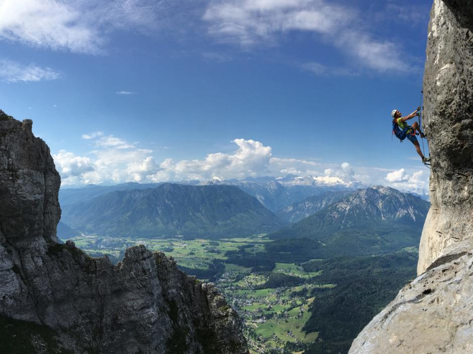 Eine Frau klettert am Klettersteig Sisi am Loser in Altaussee. JUFA Hotels bietet Ihnen den Ort für erlebnisreichen Natururlaub für die ganze Familie.