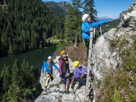 Familie am Klettersteig im Kletterzentrum Seewand in Zauchensee. JUFA Hotels bieten erholsamen Familienurlaub und einen unvergesslichen Winter- und Wanderurlaub.