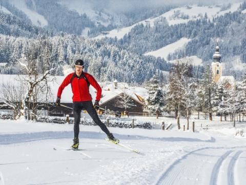 Mann beim Langlaufen aut gut präparierter Langlaufloipe in Altenmarkt-Zauchensee. JUFA Hotels bietet erholsamen Familienurlaub und einen unvergesslichen Winterurlaub.