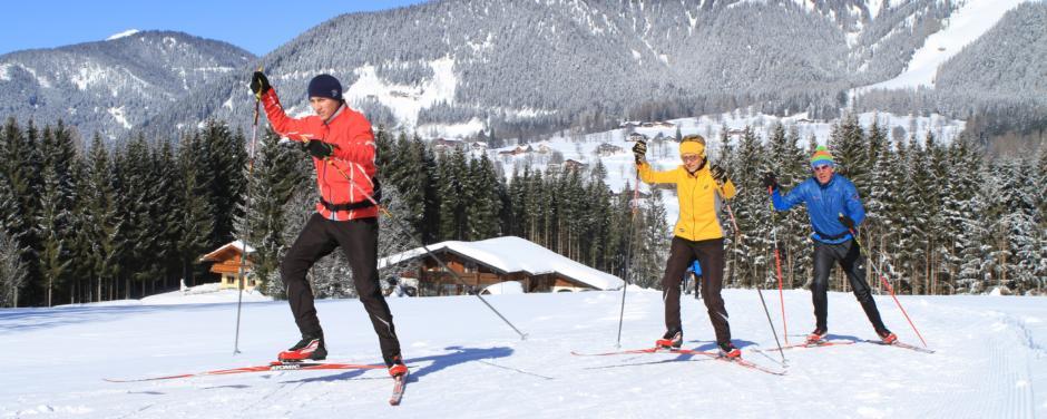 Erwachsene beim Langlaufen auf gut preparierter Langlaufloipe in Ramsau in der Region Schladming-Dachstein. JUFA Hotels bietet erholsamen Familienurlaub und einen unvergesslichen Winterurlaub.