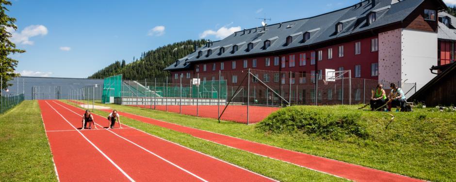 Zwei Läuferinnen auf der Laufbahn direkt beim JUFA Hotel Hochkar Sport-Resort. Der Ort für erfolgreiches Training in ungezwungener Atmosphäre für Vereine und Teams.