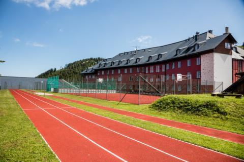 Laufbahn im Sommer am JUFA Hotel Hochkar Sport-Resort. Der Ort für erfolgreiches Training in ungezwungener Atmosphäre für Vereine und Teams.